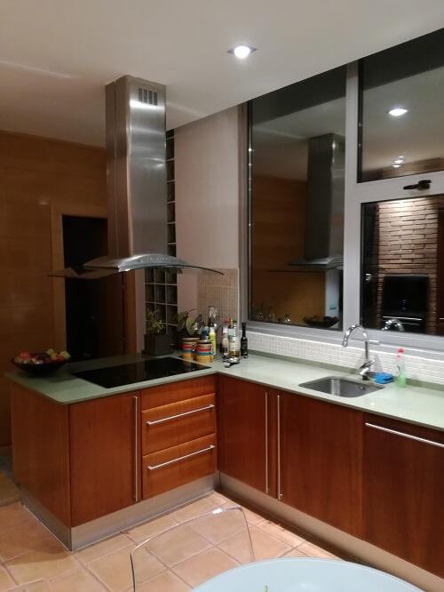 Una cocina con pen nsula en sitges studio gatto - Reformas sitges ...