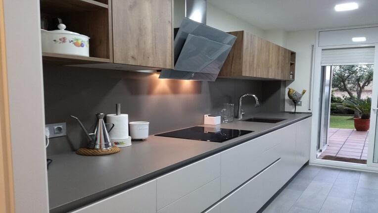 Una cocina abierta al comedor en sitges studio gatto cocinas for Cocinas abiertas al comedor