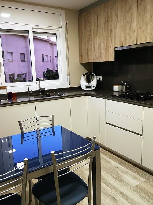 Cocina reformada con azulejos hidraulicos y parquet.