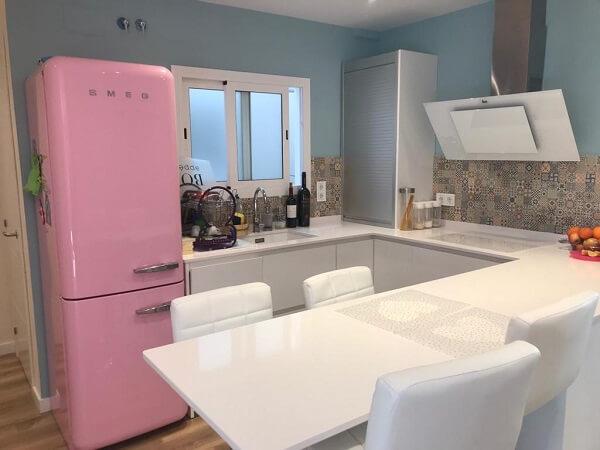 Cocina en blanco con toques azul y rosa.