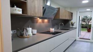 Una cocina abierta al comedor en Sitges