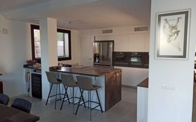 Kitchen with peninsula and recessed pillar